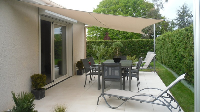 voile d ombrage vs parasol le match jardin mobilier. Black Bedroom Furniture Sets. Home Design Ideas