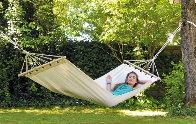 on ose le hamac dans le jardin jardin mobilier. Black Bedroom Furniture Sets. Home Design Ideas