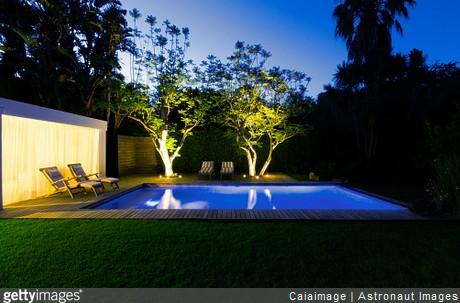 Éclairer un jardin avec piscine : quels luminaires choisir ...