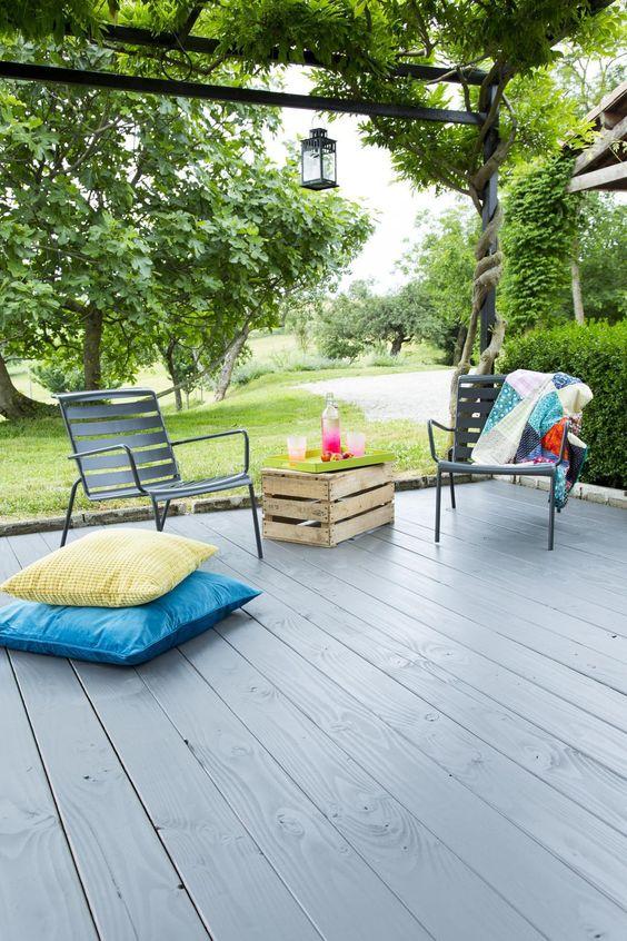 peinture-teinure-peindre-teindre-terrasse-bois-choisir-conseils-décoration-coussins-colores-jardin-couleurs