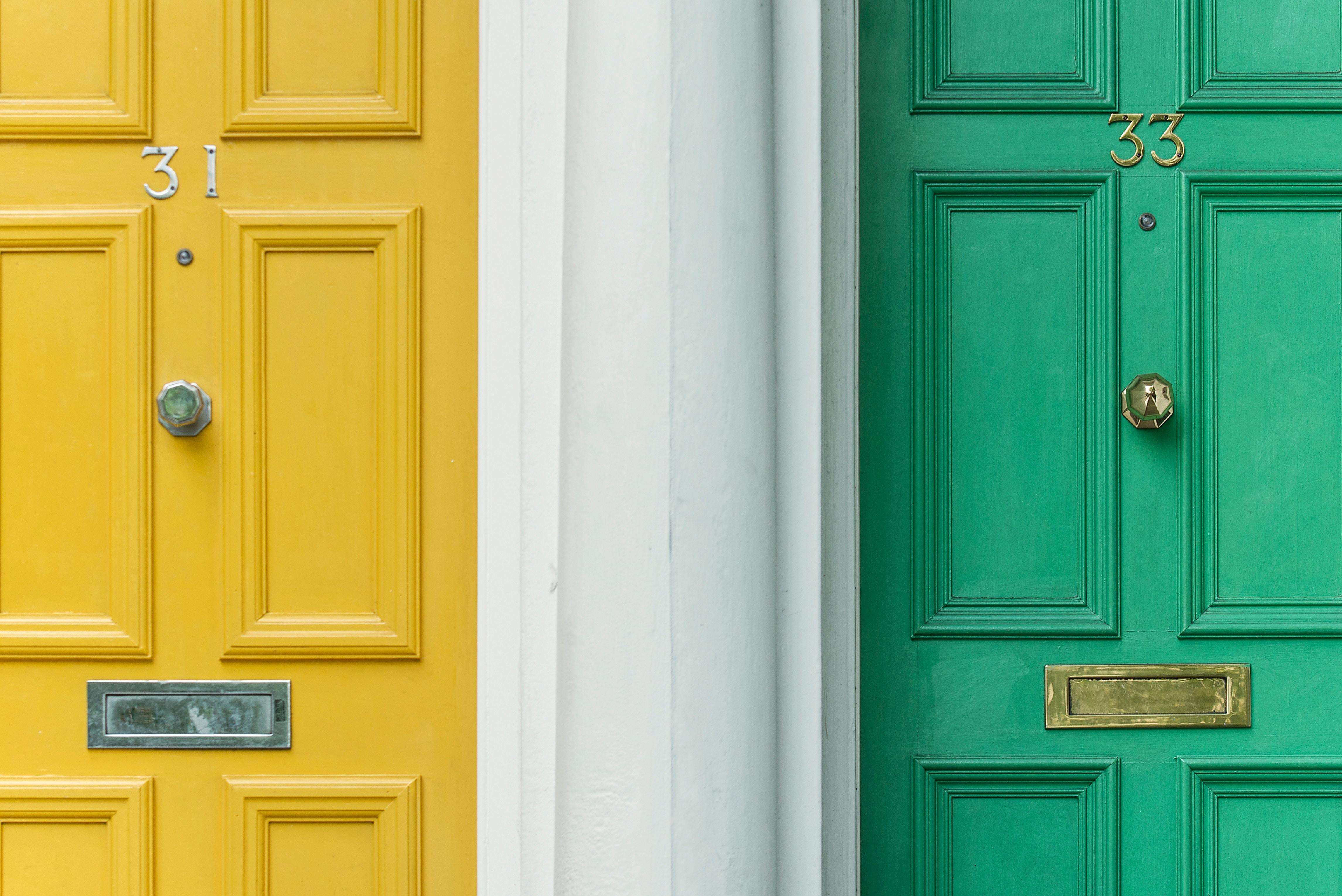 Deux portes d'entrée vertes et jaunes